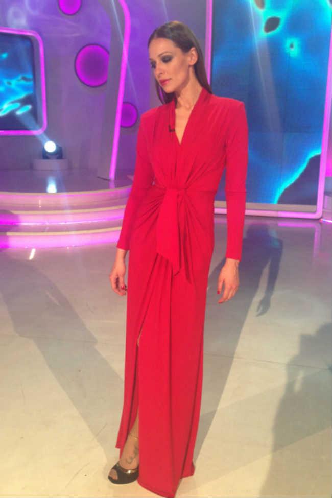 Copia el look de Eva González en su blog con vestido rojo