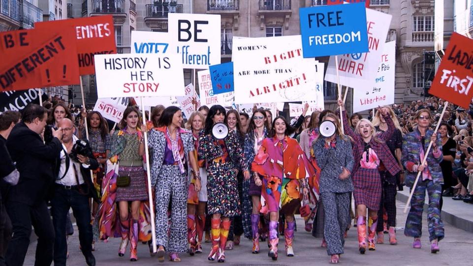 Chanel manifestación desfile paris