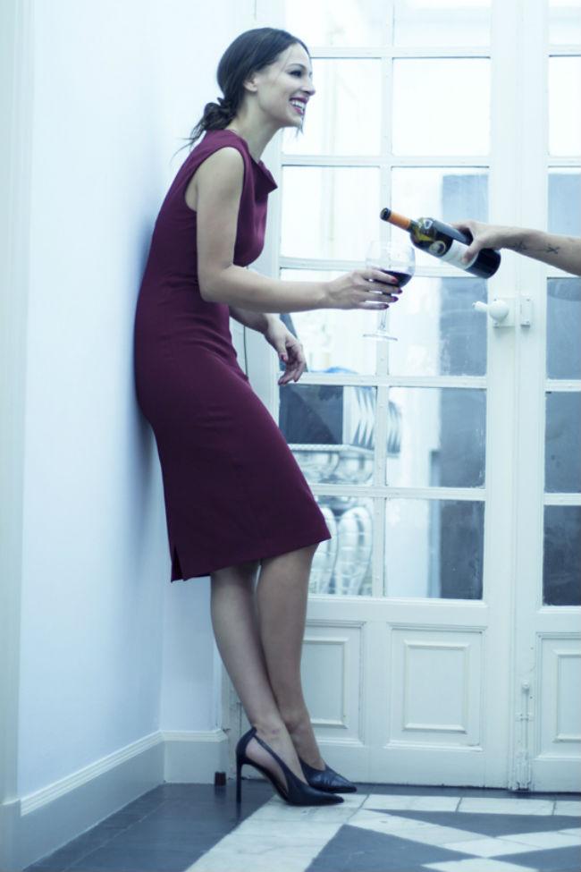 Copia el look de Eva González con vestido de Zara color