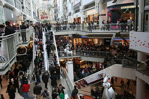 04 512px Boxing Day at the Toronto Eaton Centre