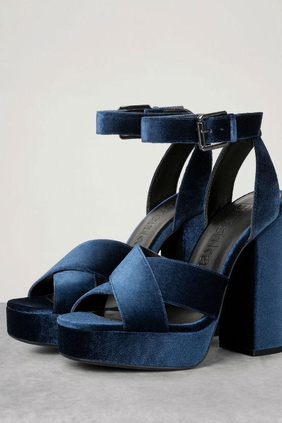 tacones terciopelo azul bershka