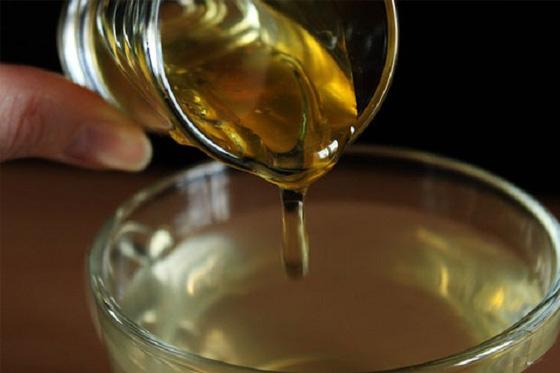 Mezcla agua con miel