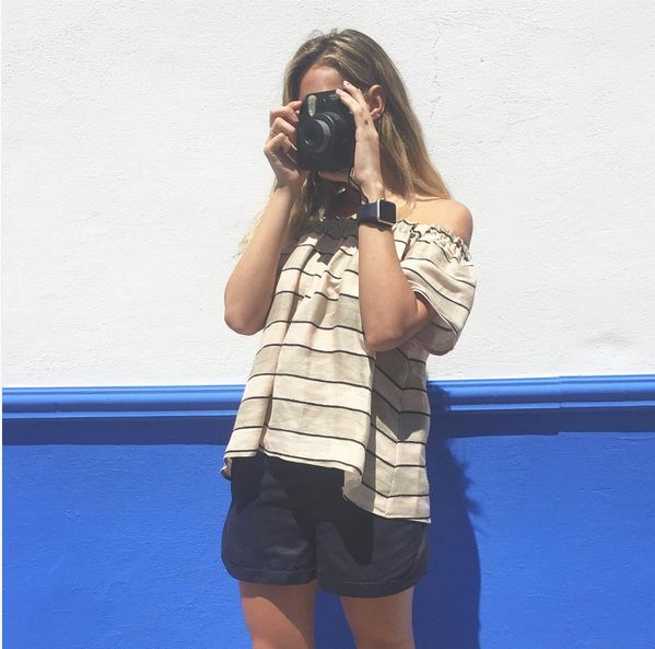 jessica bueno camra fotos pantalon azul y camiseta rayas