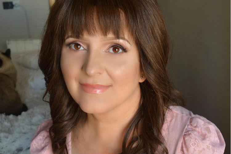 Bloguera realiza tutorial de maquillaje