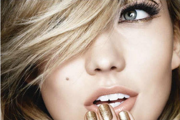 Resplandece con un maquillaje de ojos dorado espectacular en Navidad