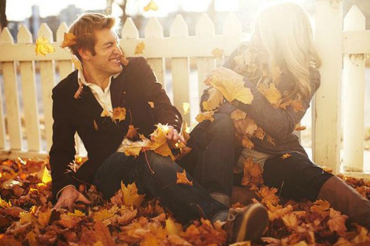 pareja jugando con hojas