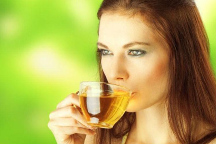 mujer bebiendo infusion