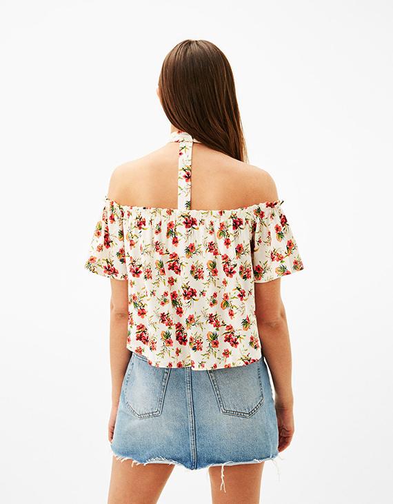 camiseta floral con choker de bershka
