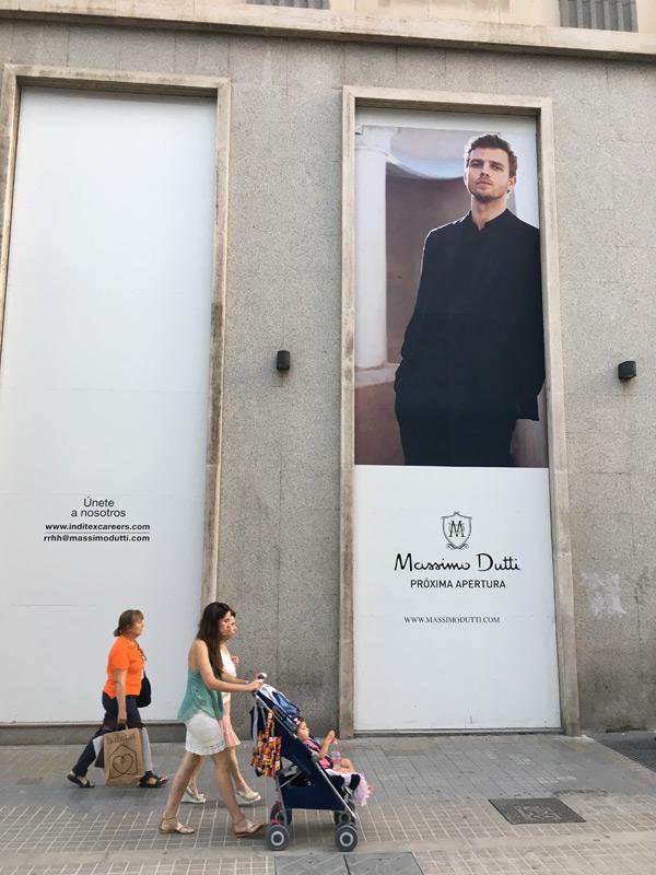 Fachada tienda flagship de Massimo Dutti en la calle Colón de Valencia