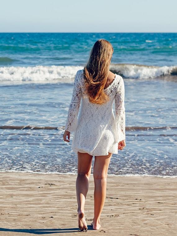 chica blanco orilla playa
