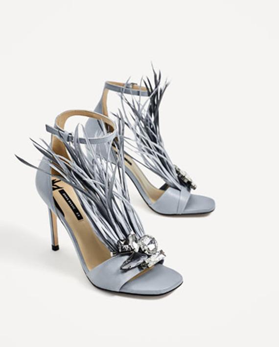 sandalias de tacón con plumas