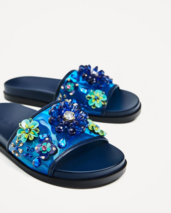 sandalias planas azul con pedrería