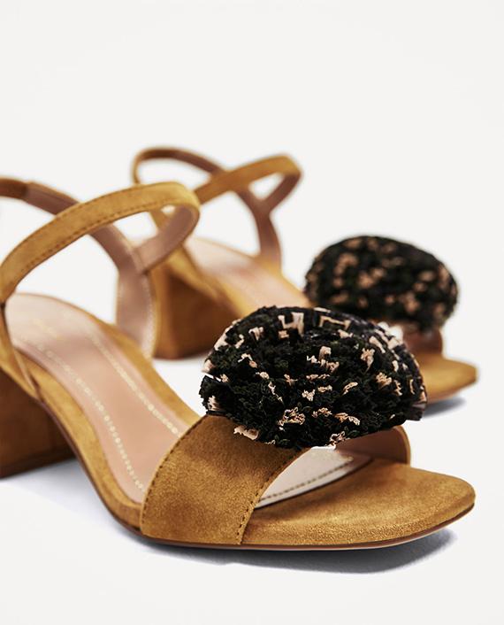 sandalias de tacón con pompón