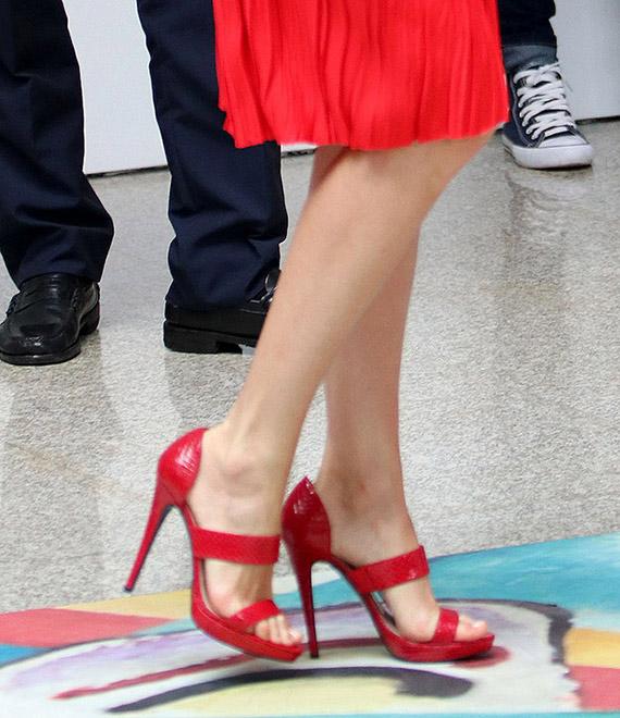 reina letizia sandalias rojas