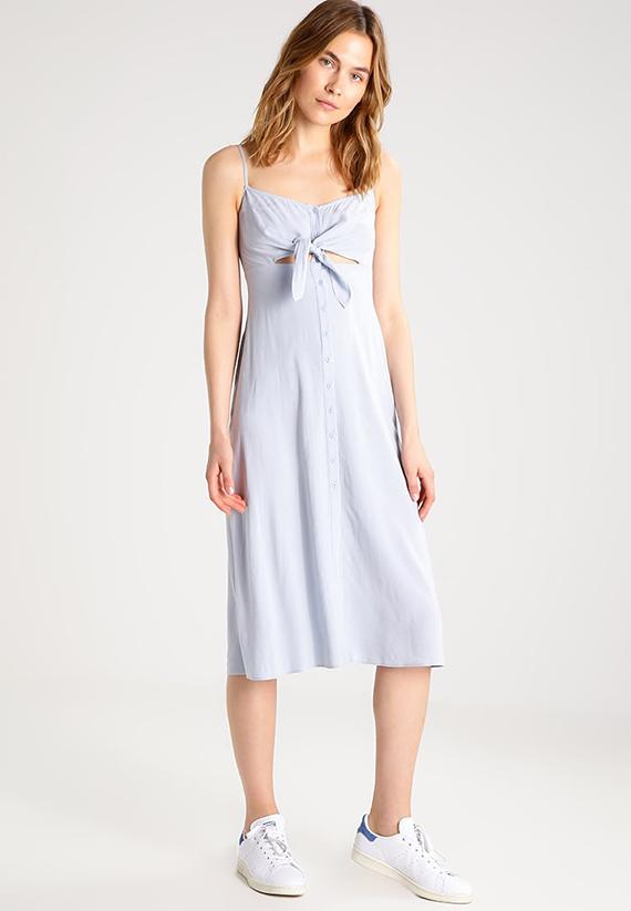 Vestido camisero de Zalando con lazo de color azul