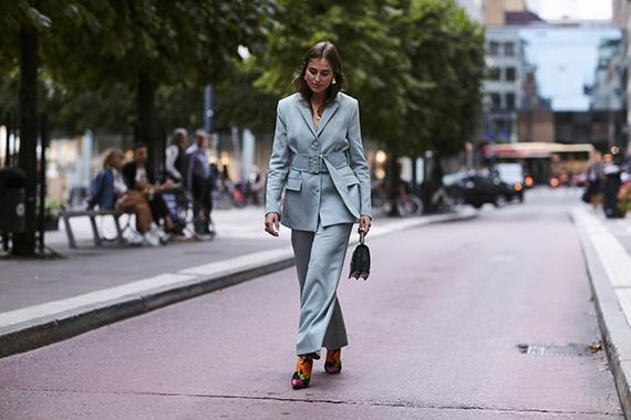 botines Balenciaga con traje