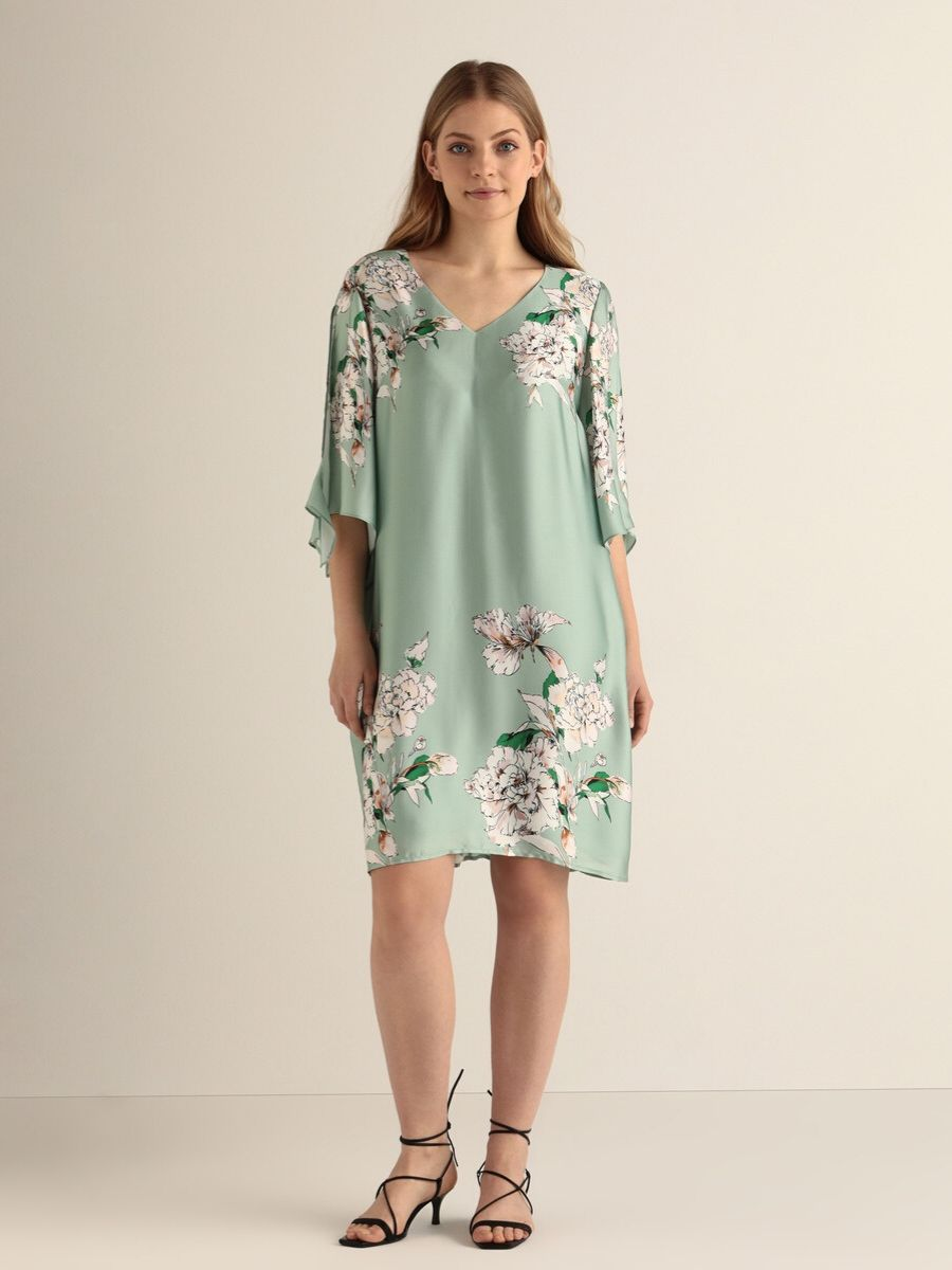 Vestido talla grande con flores y escote en pico