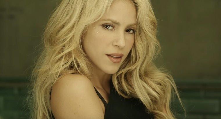 Shakira se seca el pelo mientras habla con el CEO DE SONY