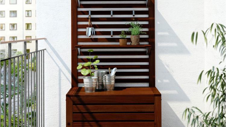Jardín vertical hecho con baúl de madera