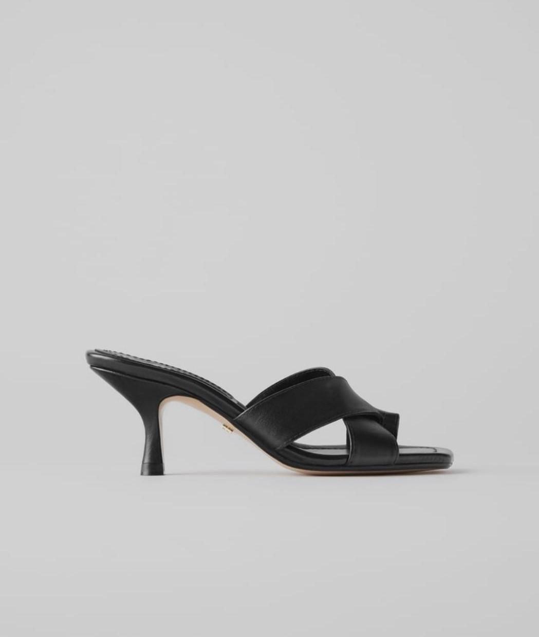 sandalia tacón bajo negro