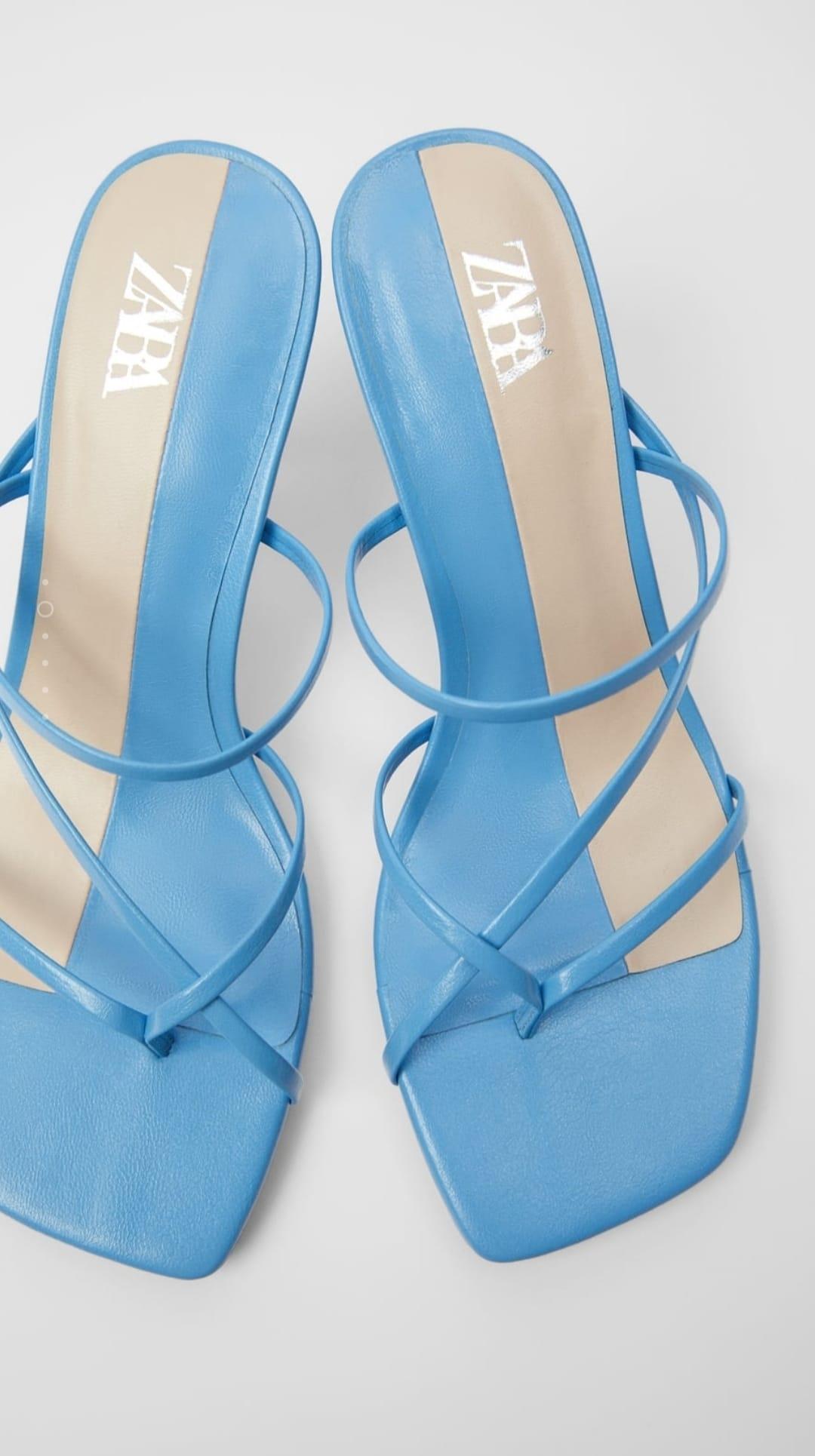 Sandalia tacón azul tiras finas entrelazadas en la parte delantera con posición para el dedo y acabada en punta cuadrada