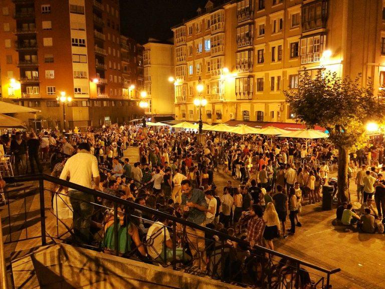 La Plaza de Cañadío una noche de verano