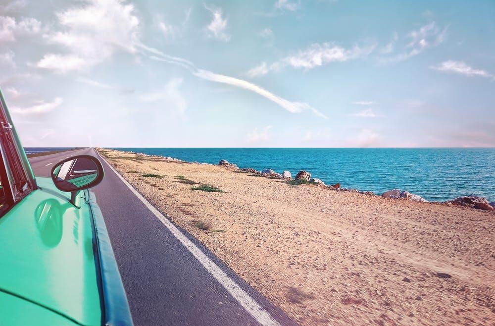 Viaje en coche al lado del mar de Pexels