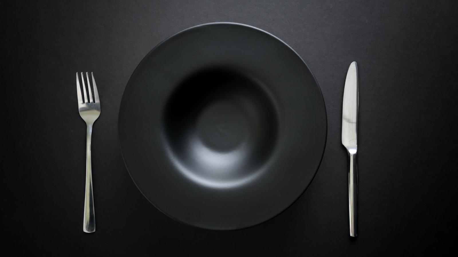 Foto plato negro de pexels