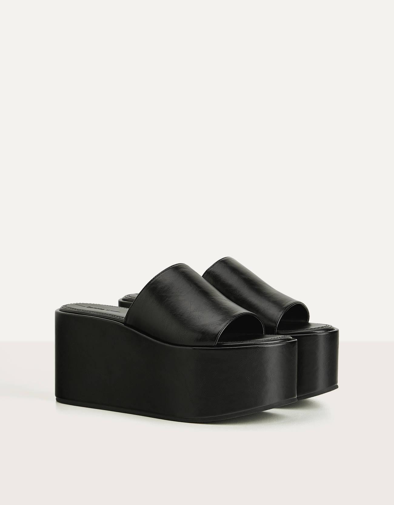 Sandalia de plataforma tipo pala