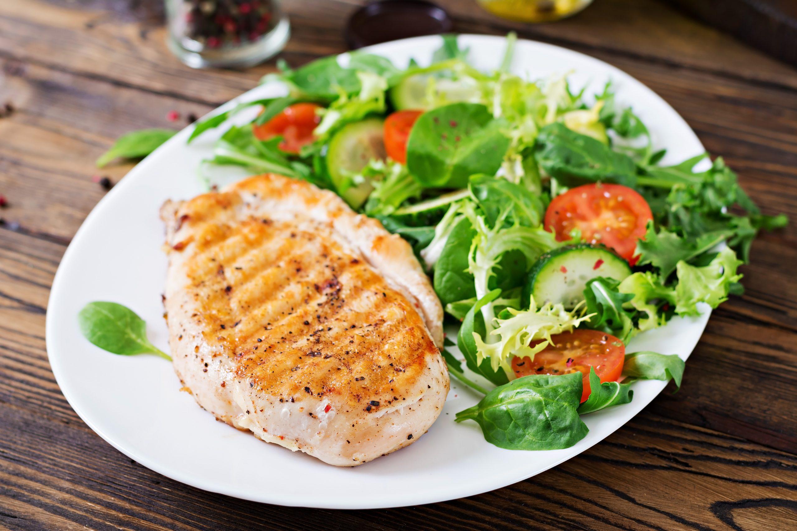 Pollo a la plancha con ensalada.