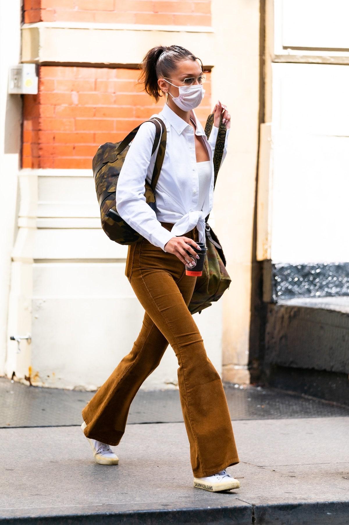 Bella Hadid en Nueva York presentando la tendencia setentera