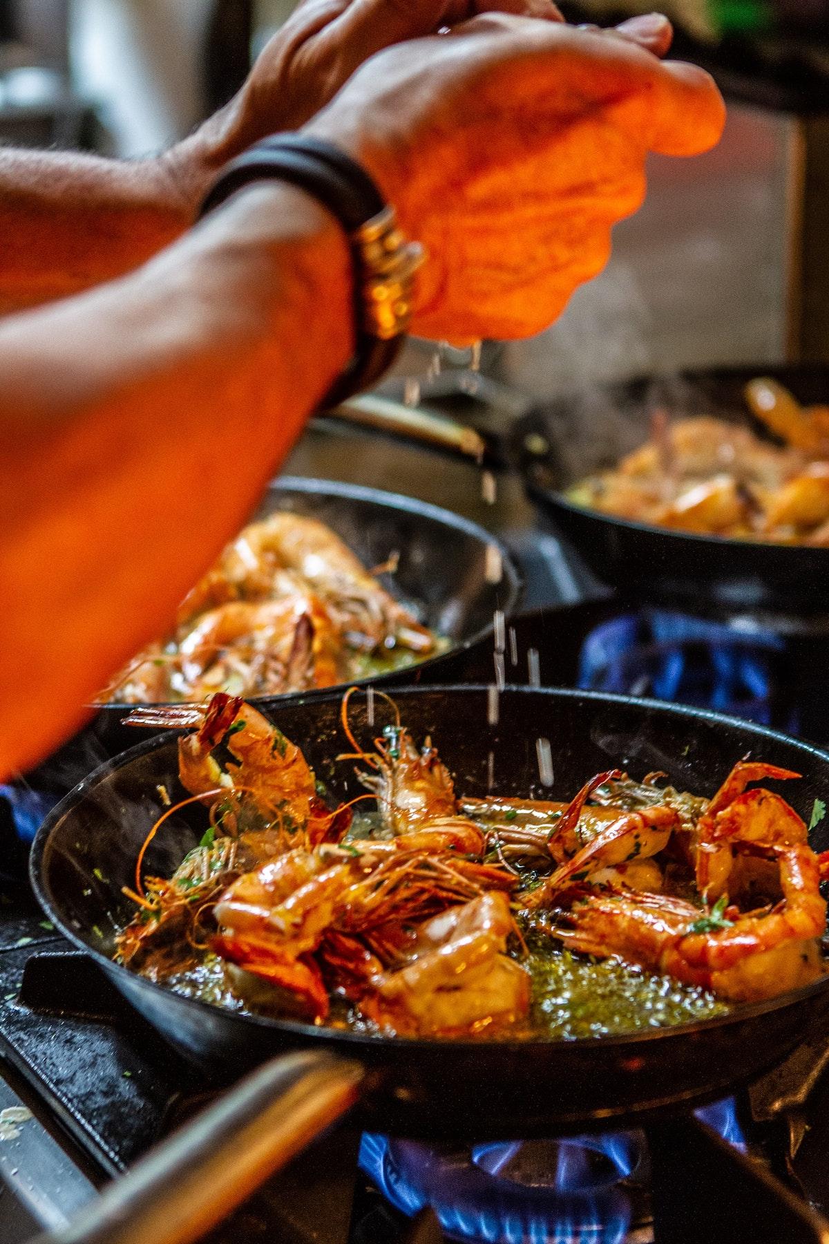 Hombre cocinando marisco