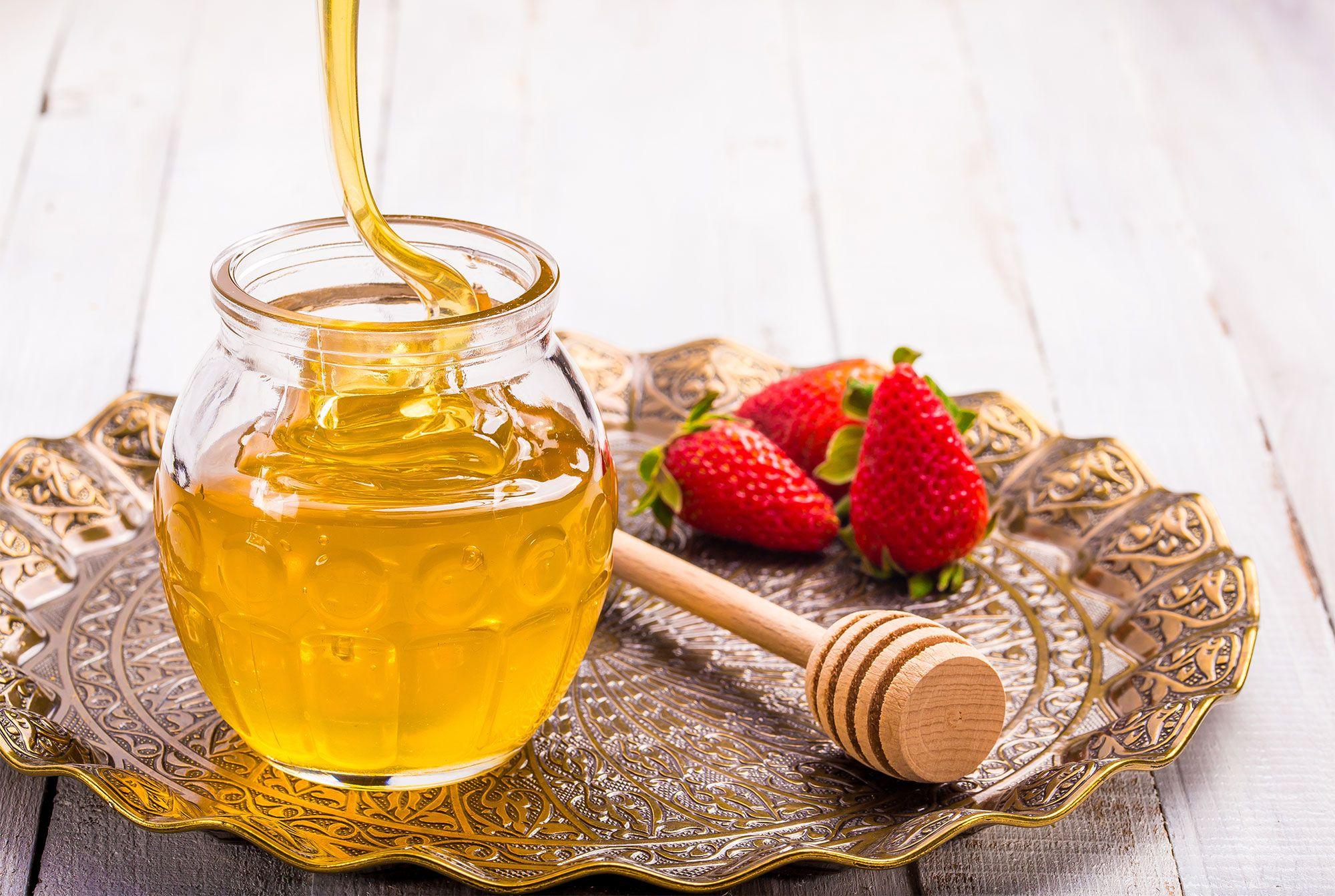 Ingredientes para elaborar una mascarilla hidratante de fresas y miel