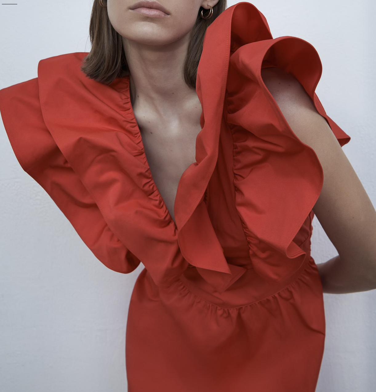 Vestido rojo con volantes de ZARA