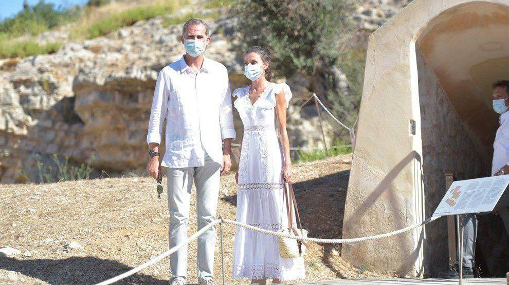 La Reina Letizia y el vestido de la diseñadora Charo Ruiz que ha enamorado a toda España.