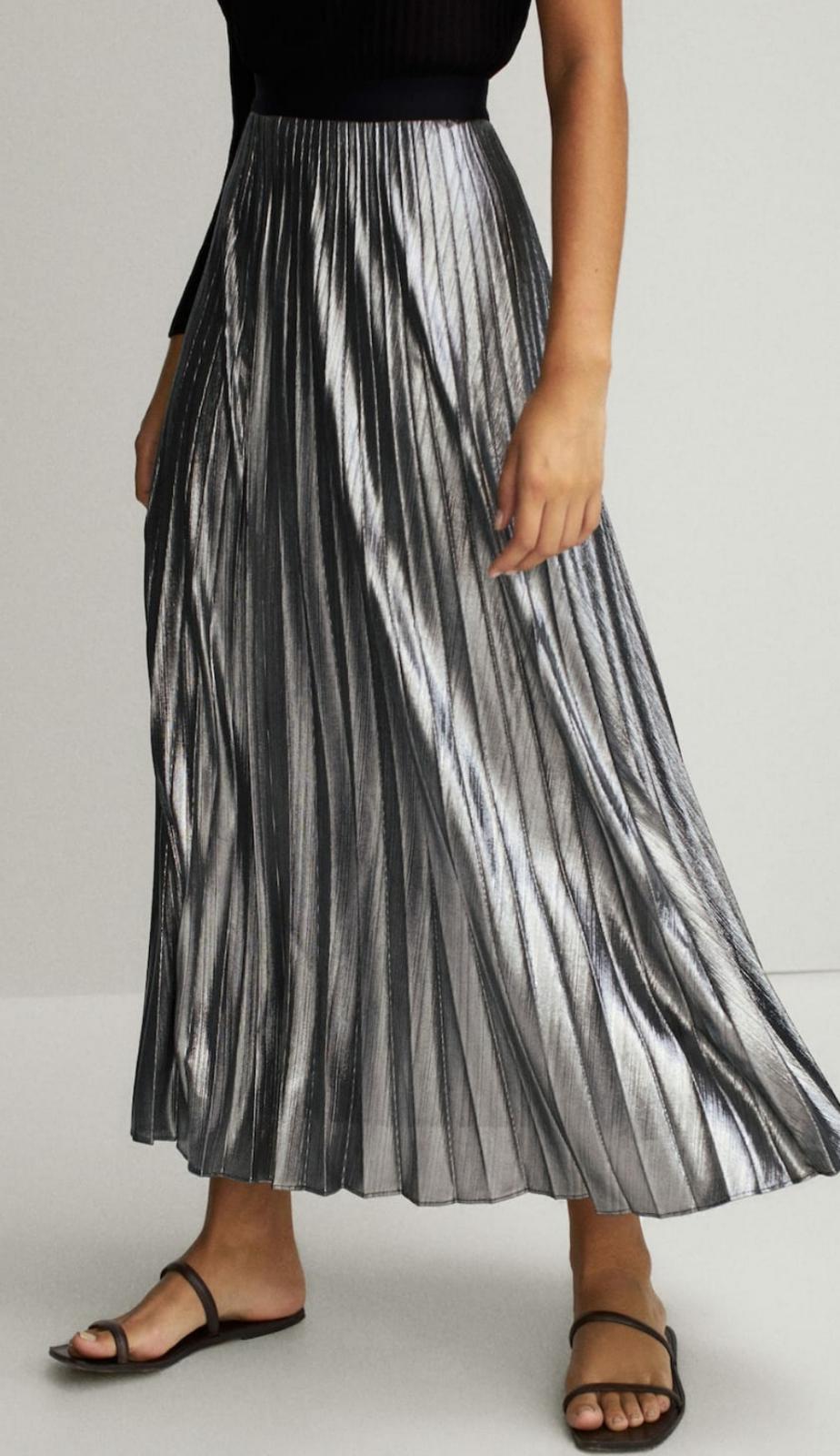 Falda plisada laminada en color plata de Massimo Dutti 19'95€