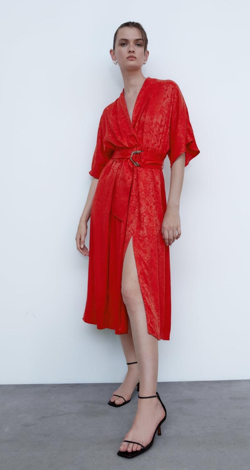 Vestido jacquard rojo con cinturón de Zara