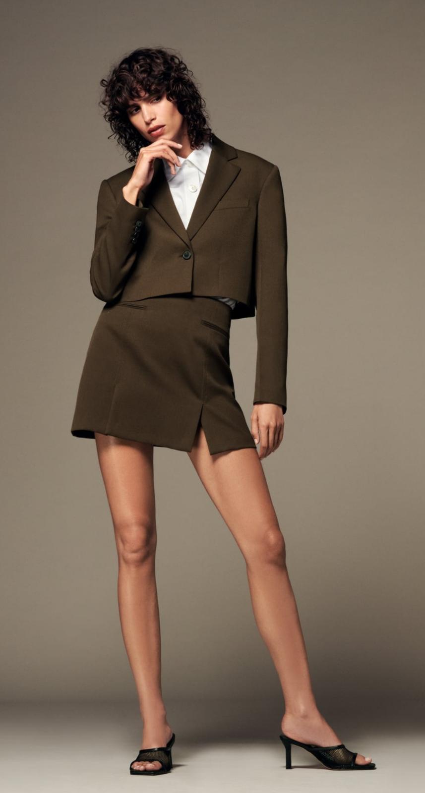 Blazer cropped y falda mini khaki de Zara