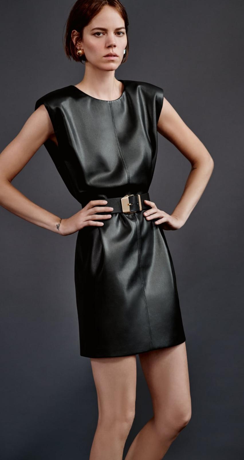 Vestido con hombreras efecto piel con cinturón de Zara