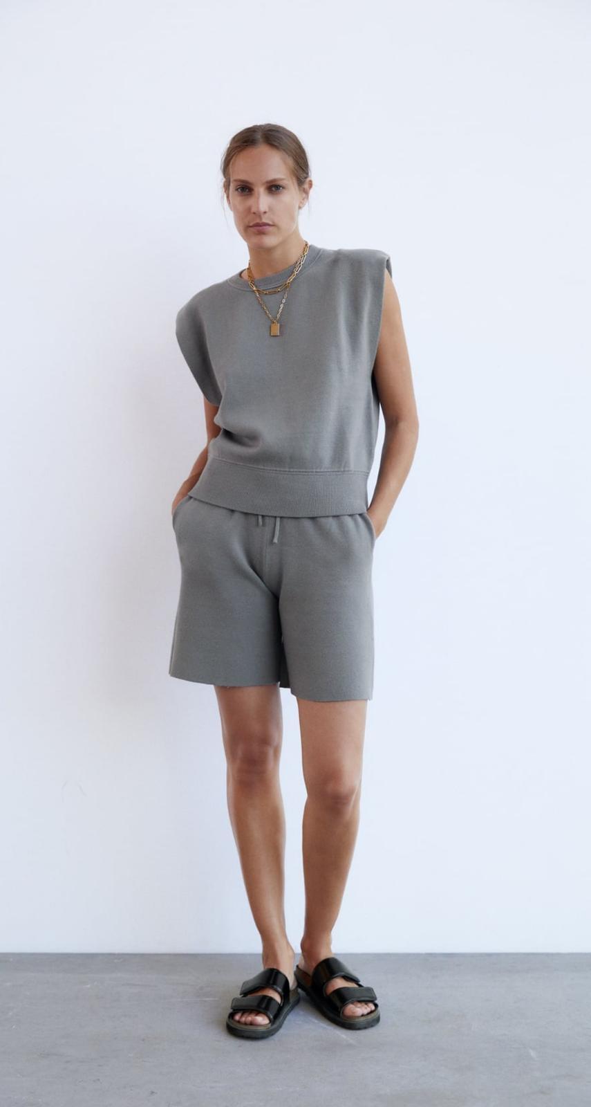 Bermuda y top de punto en color gris vigoré de Zara
