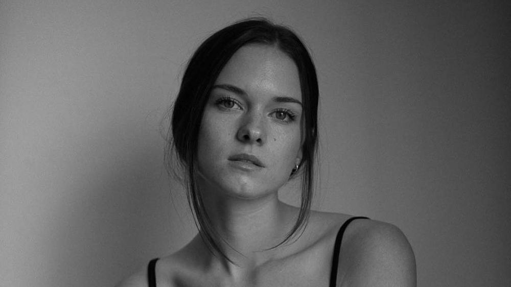 Stella del Carmen, la hija de Antonio Banderas y Melanie Griffith, debuta como modelo y columnista.