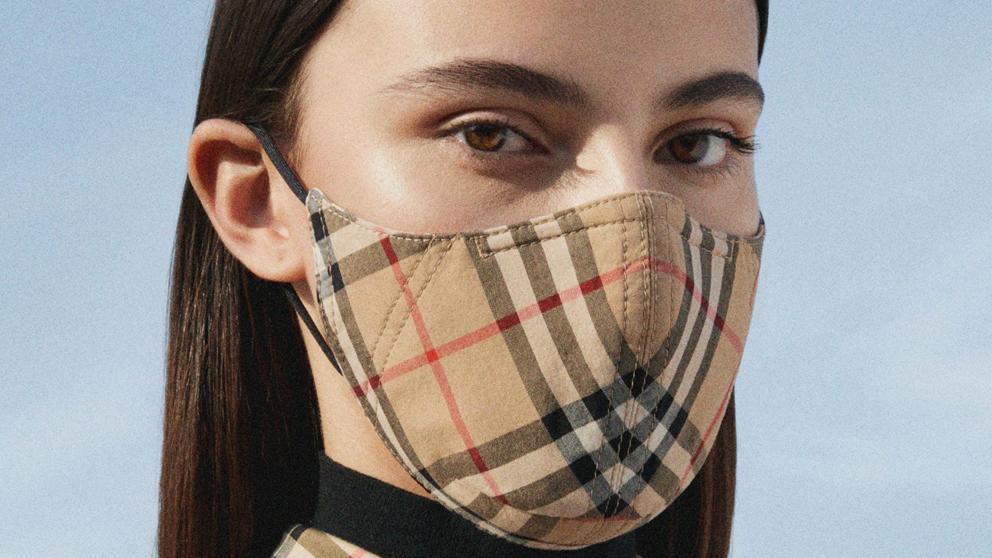 Burberry lanza una colección de mascarillas solidarias
