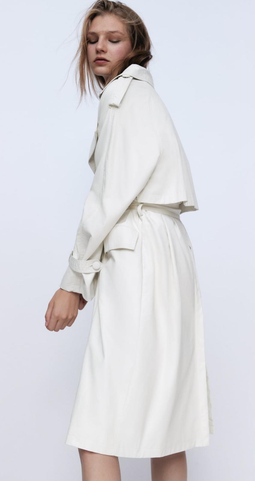 Trench efecto piel en color crudo, de Zara (69'95€)