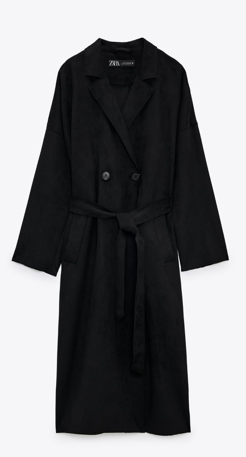 Gabardina efecto ante de color negro, de Zara (39'95€)