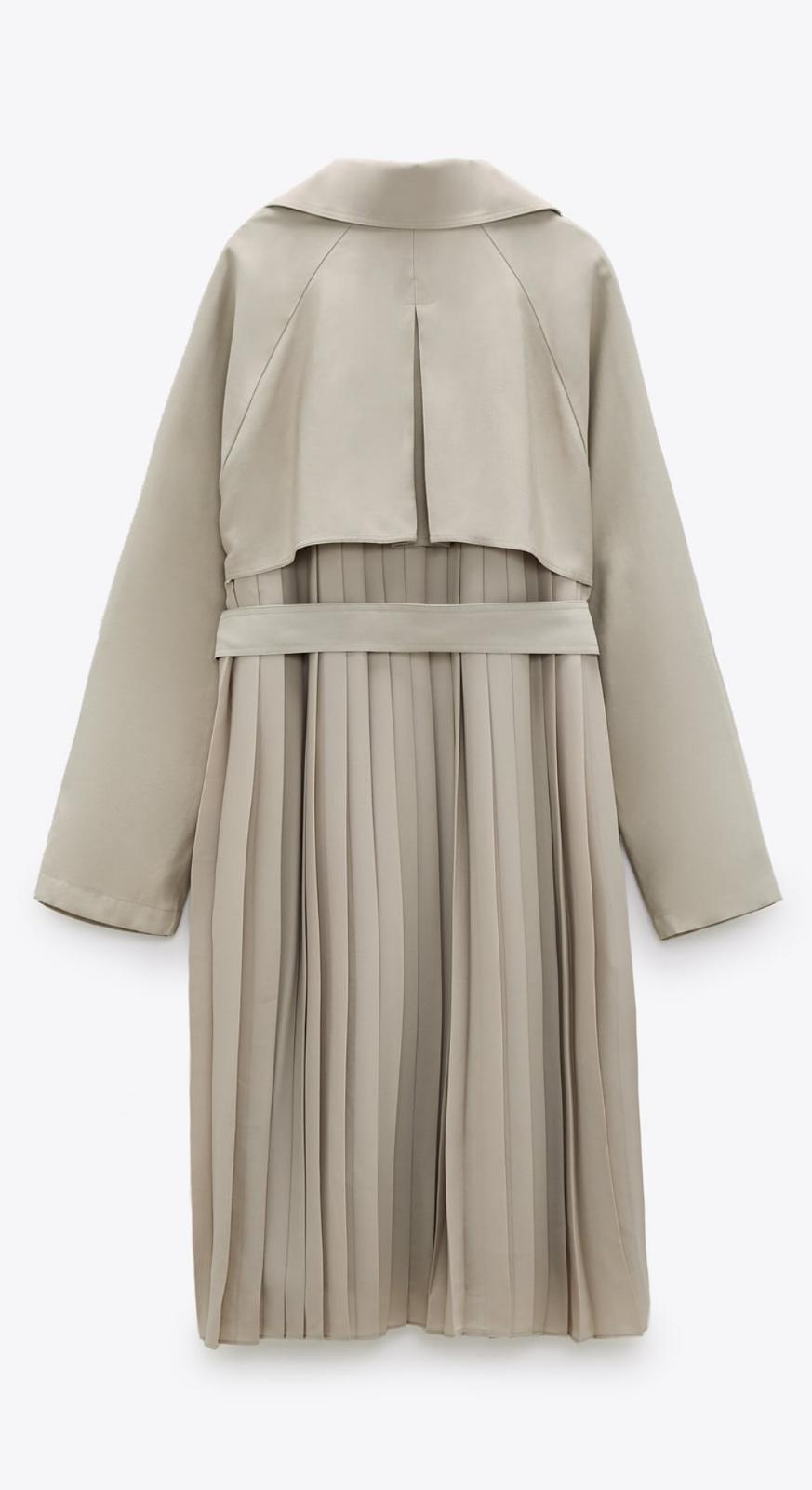 Gabardina con la espalda plisada de color beige, de Zara (69'95€)