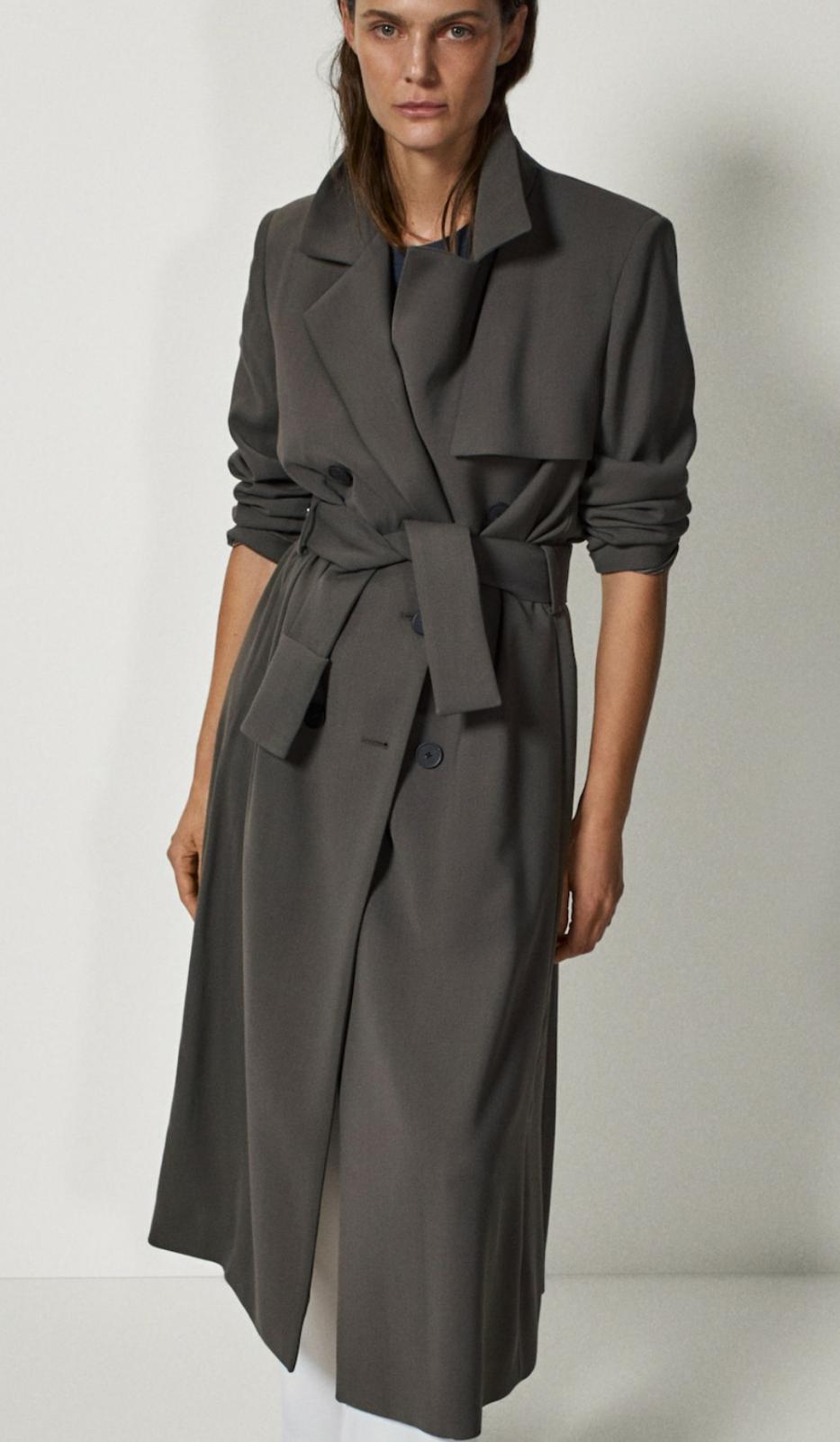 Gabardina de color gris oscuro con cinturón, de la colección Limited Edition, de Massimo Dutti (249€)