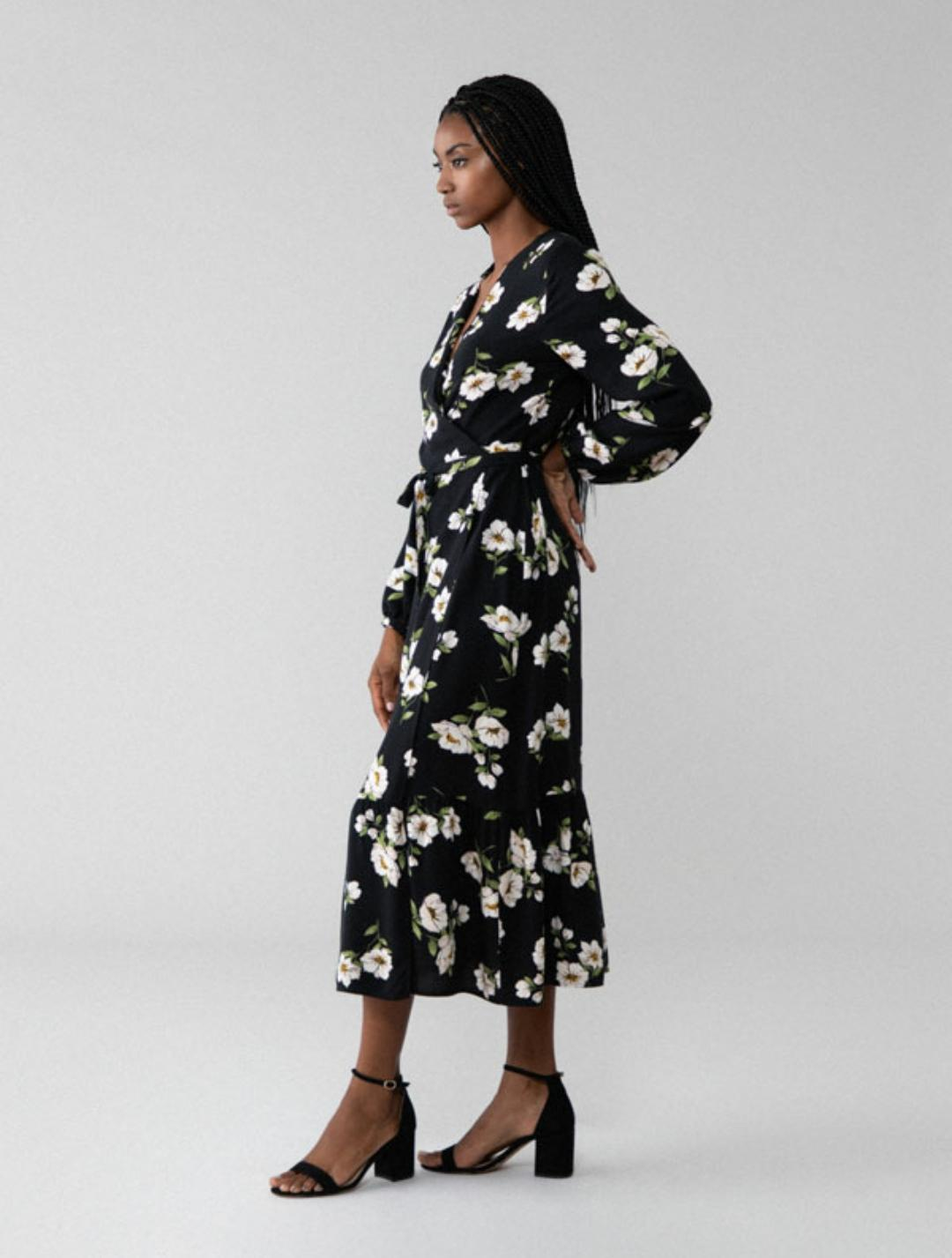 Vestido midi con estampado de flores con escote cruzado con una lazada del mismo tejido (22'99€)