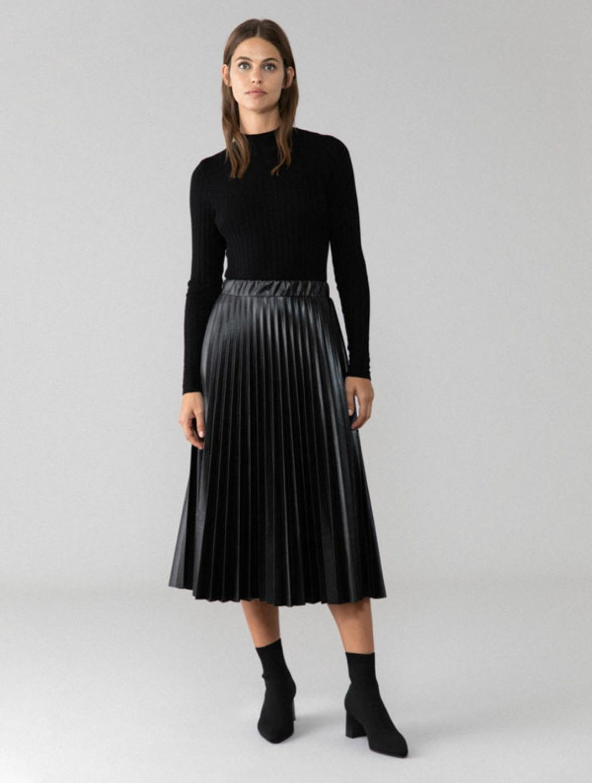 Falda de tiro alto, plisada, de efecto piel en color negro (15'99€)