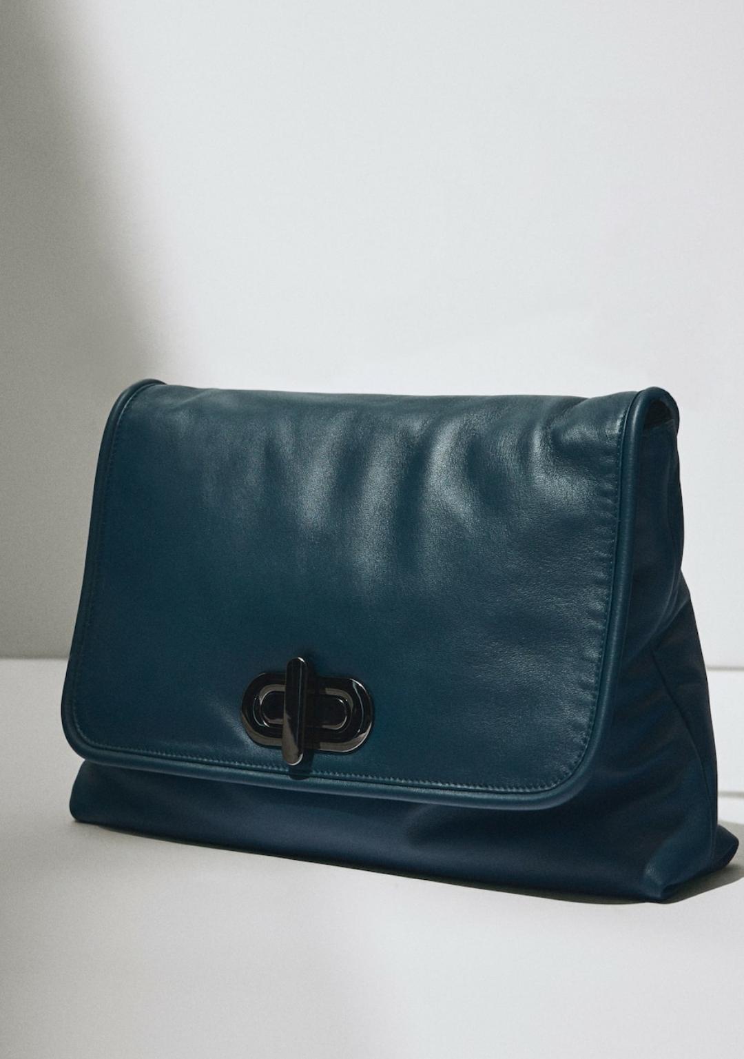 Bolso Pouch de piel Limited Edition en color azul, de Massimo Dutti