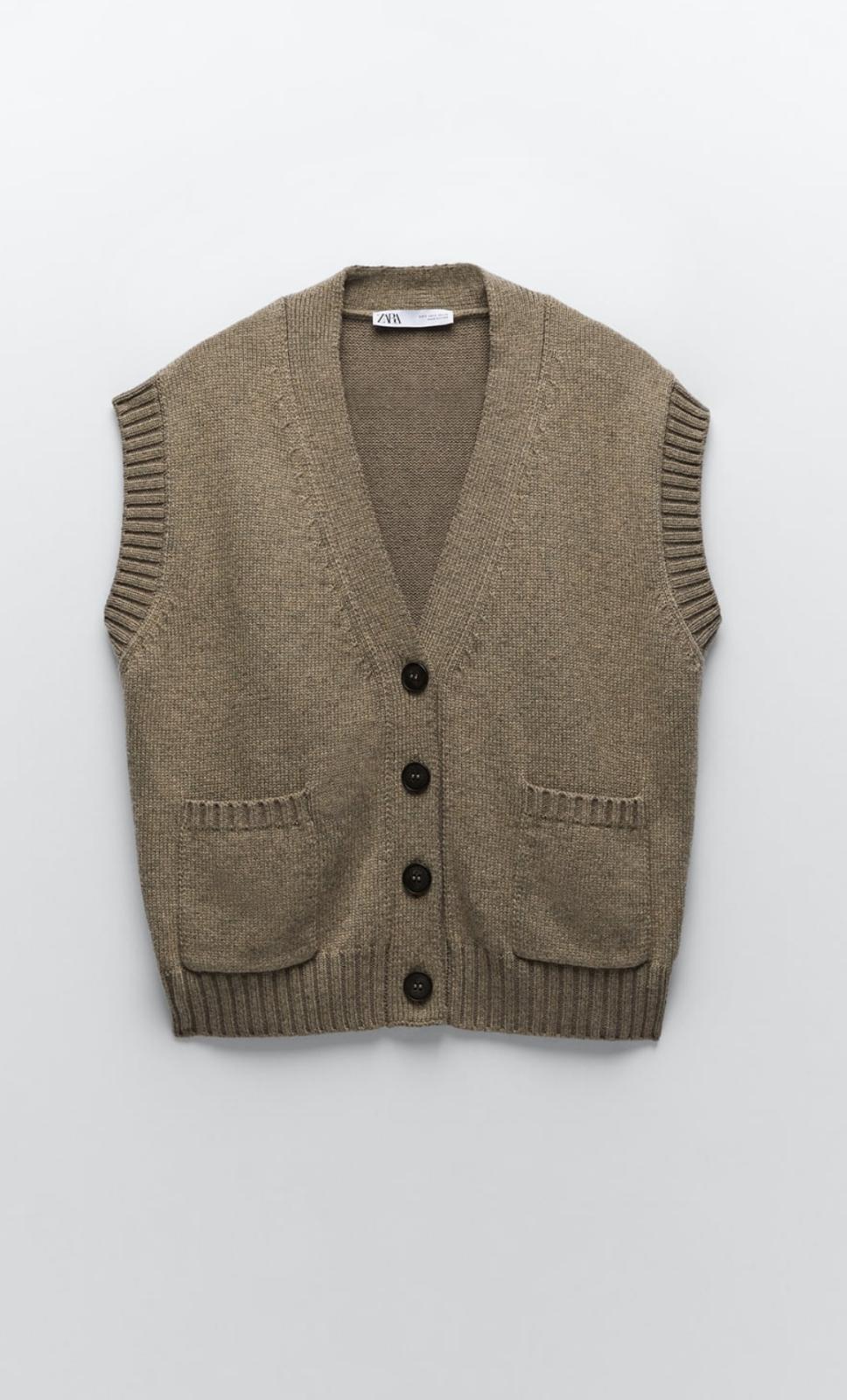 Chaleco con escote de pico y manga sisa con bolsillos delanteros de plastrón y acabados en rib. Cierre frontal con botones, de Zara (25'99€)